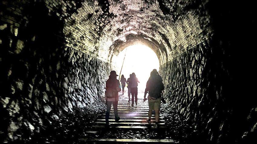 隧道彼方有奇景。在廢棄鐵道上的遠足小冒險!